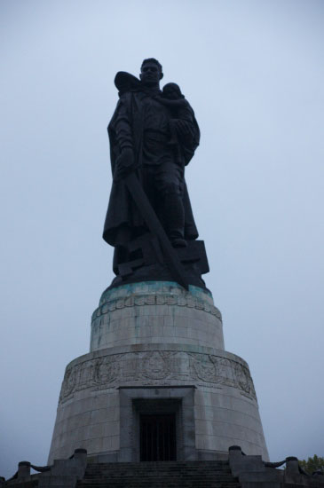 Den famøse statue hvor den russiske soldat står med den lille pige i favnen og træder ovenpå svastika