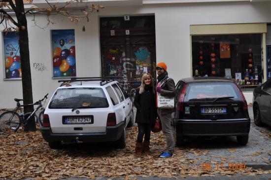 Her står de to berlinere foran lejlighedsbygningen