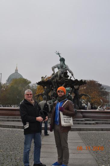 Christian og Poul foran Neptumspringvandet