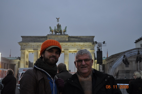 Far og søn foran Brandenburger Tor