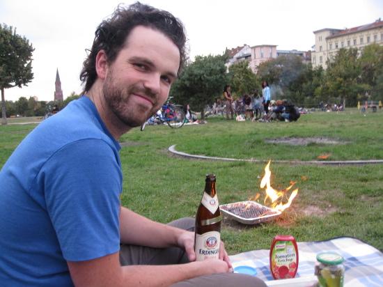 Christian i gang med at grille i Görlitzer Park (inden han blev ramt af fodbolden)