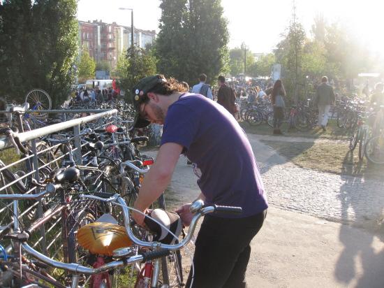 Christian i gang med at pakke vores cykler