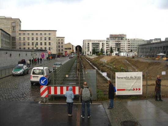 Til højre det tidligere hovedkvarter for Gestapo og SS