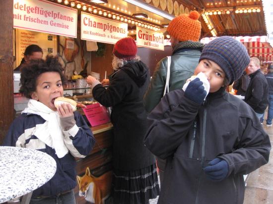 Alexander og Oliver i gang med en hotdog