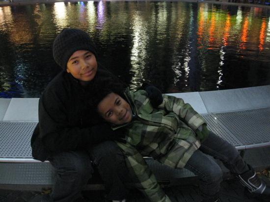 Drengene ved springvandet i Sony Center
