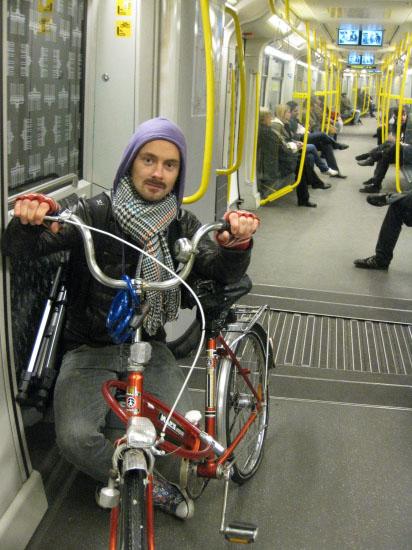 Dan på vej hjem i ubahn med cykel