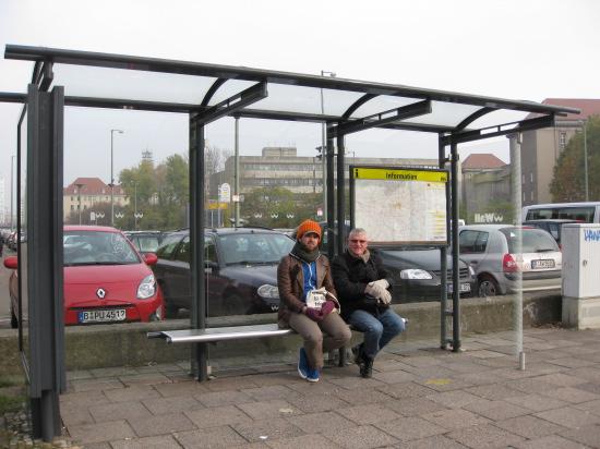 Så venter vi på bussen