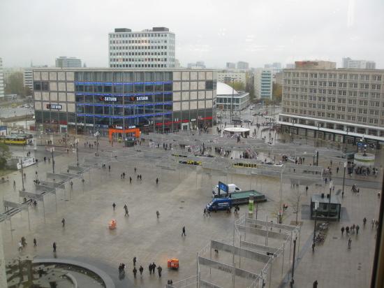 Udsigt over Alexanderplatz fra caféen i Galleria