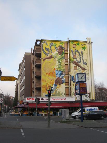 De er helt vilde med kæmpe vægmalerier af brasilianske fodboldspillere hernede..