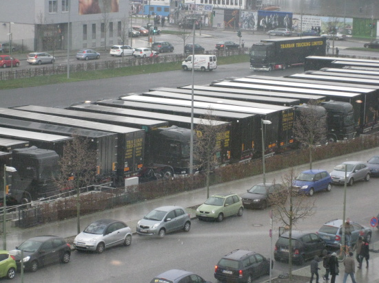 Lastbilerne til dinosaurproduktionen