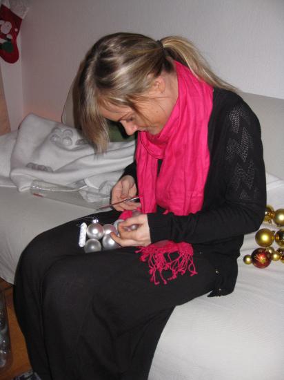 Diana i gang med at sætte snor i glaskuglerne