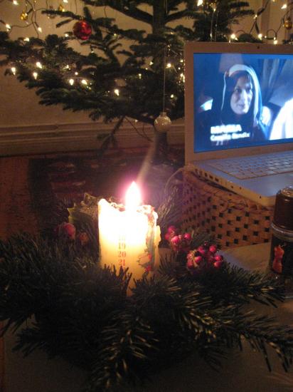 Hygge med julekalender og lys i juletræet
